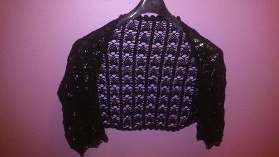 Bolero negro a crochet con dibujo de piñas.