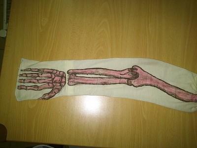 Huesos brazo pintados en camiseta