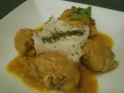Pollo frito al curry con leche de coco