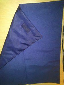 Une las dos telas con las costuras hacia dentro escepto la superior